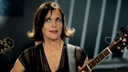 Downton Abbey's Lady Grantham Sings About Cows - No Really!