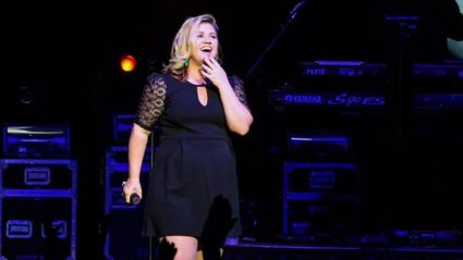 Kelly Clarkson Covers Shake it Off