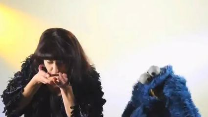 Kimbra Hangs With Cookie Monster!