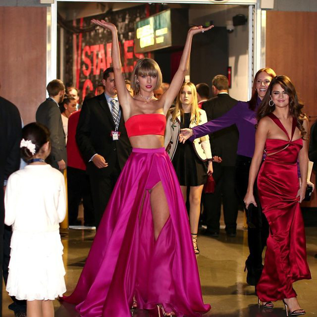After T Swift nabbed this year's Grammy for Album of the Year, a photo of her posing triumphantly backstage surfaced online...