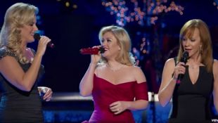 Kelly Clarkson sings spine-tingling cover of 'Silent Night'