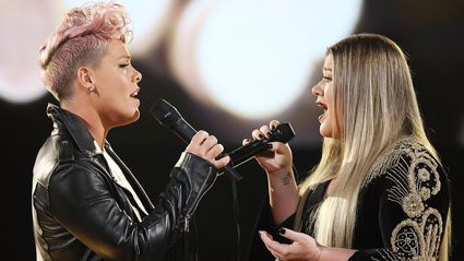 Pink and Kelly Clarkson perform powerfully emotional duet of 'Everybody Hurts'