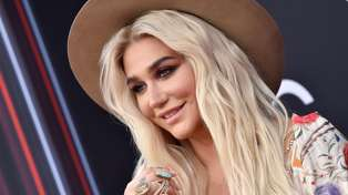 "Kesha stuns fans looking ""unrecognisable"" in inspirational makeup free selfie"