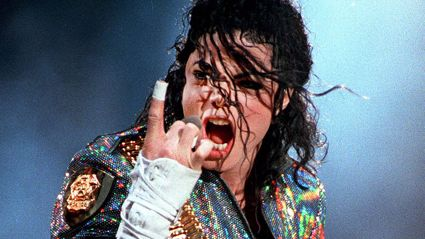 This is the fascinating reason why Michael Jackson always wore white tape on the tips of his fingers ...